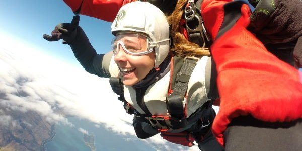 Alina wagt in Neuseeland ihren Fallschirmsprung