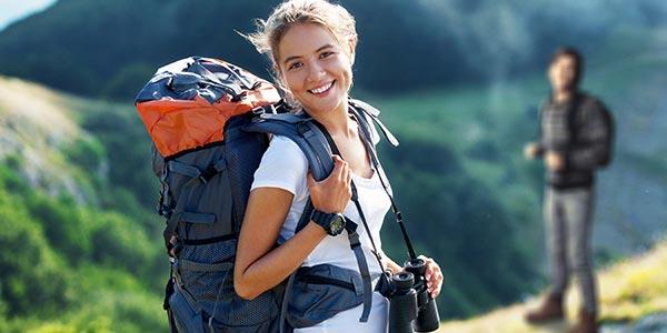 junge Frau mit Reise-Rucksack