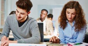 Junge Auszubildende am Schreibtisch