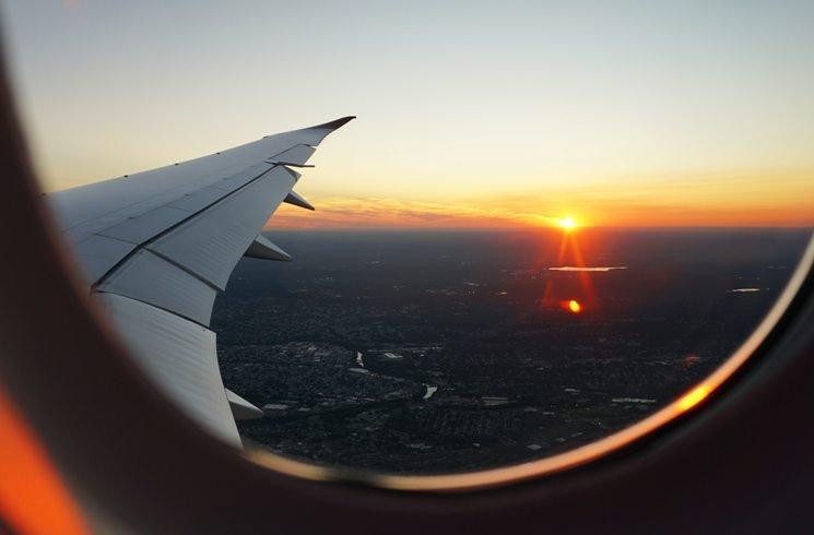 Im Flugzeug einen Sonnenuntergang sehen