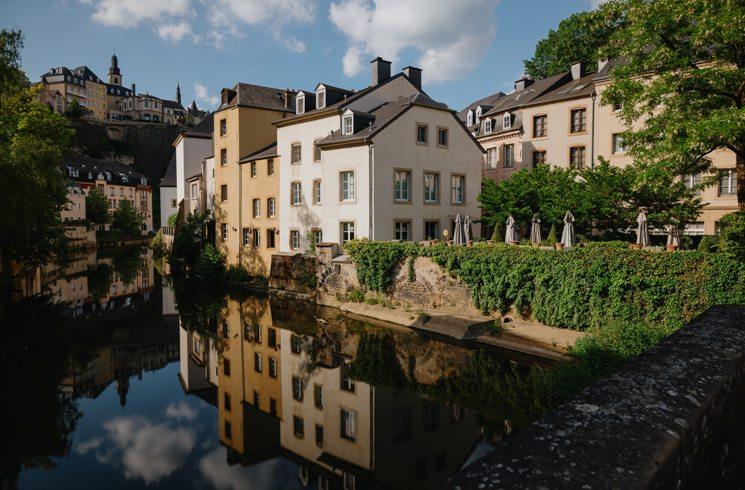 Gebäude mit einem Fluss in Luxemburg