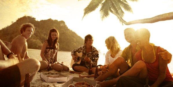 Am Strand mit Freunden die Auslandszeit genießen
