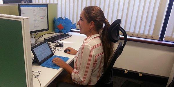 Lisa am Schreibtisch bei ihrem Praktikum in Australien