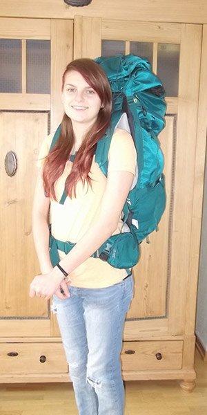 junge Frau mit Backpacker-Rucksack