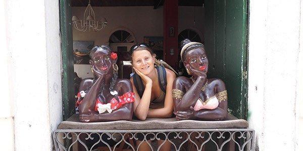 Junge Frau posiert zwischen zwei Statuen