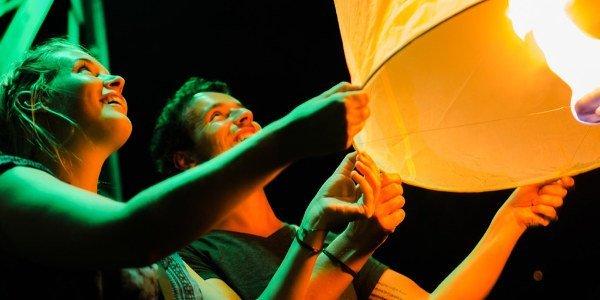 Jenny und Basti lassen einen Ballon beim Lichterfest in Chiang Mai steigen