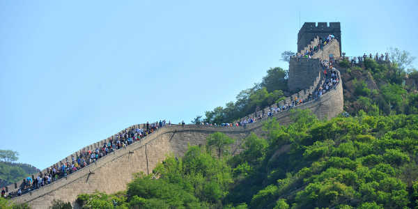 Chinesische Mauer mit vielen Touristen