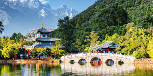 Der Moon Embracing Pavilion vor dem Jade Dragon Snow Mountain in China