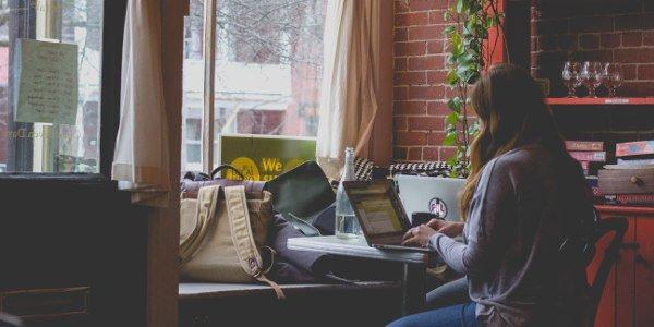 Digitale Nomadin im Café