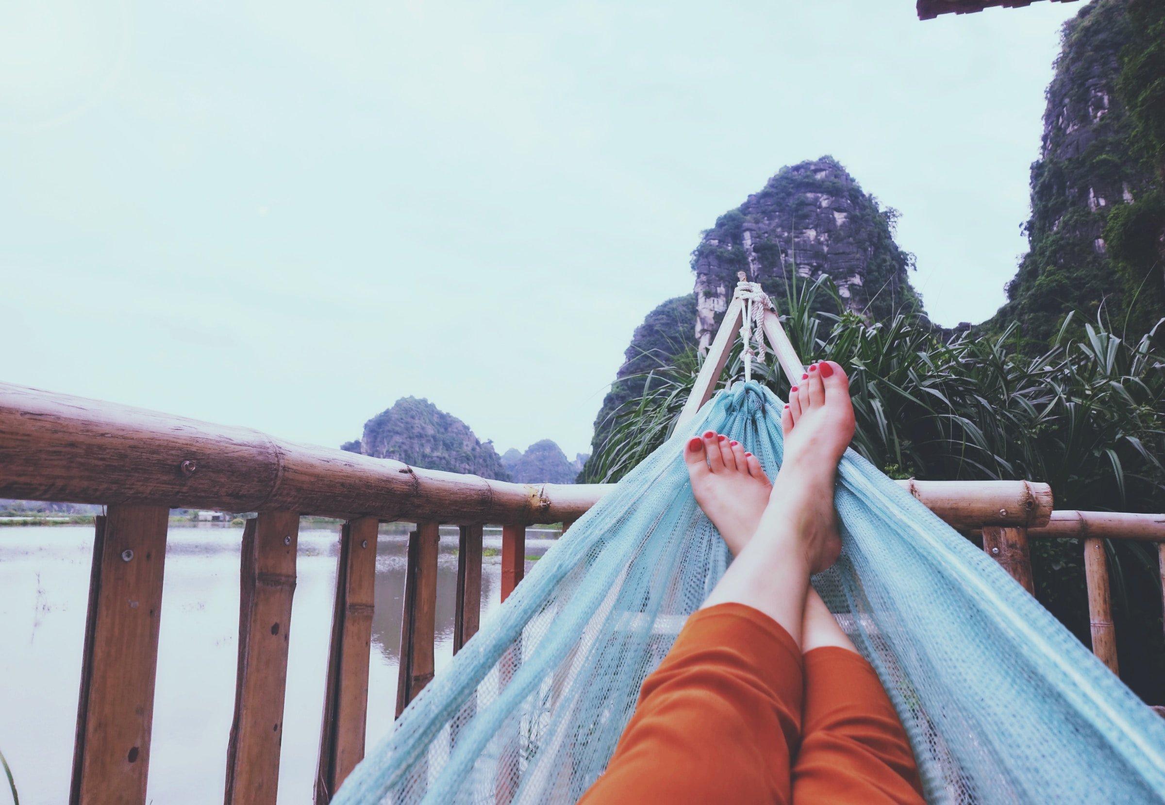Eine Frau entspannt sich in Asien in der Hängematte