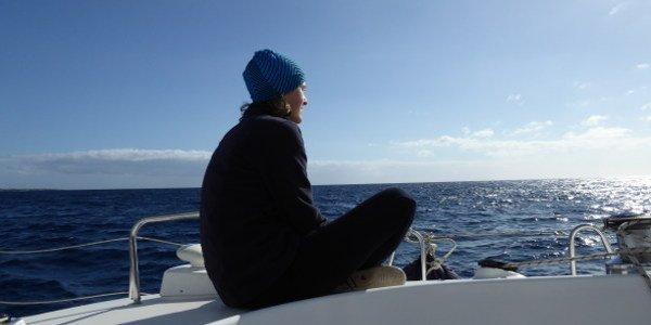 Junge Frau auf einem Boot