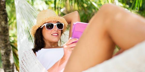 Frau im Urlaub mit Tablet.