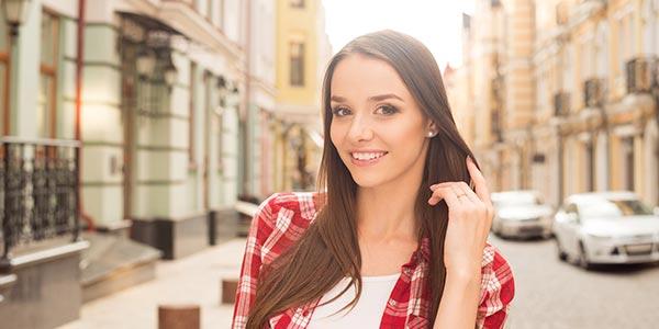 junge Frau mit Ring