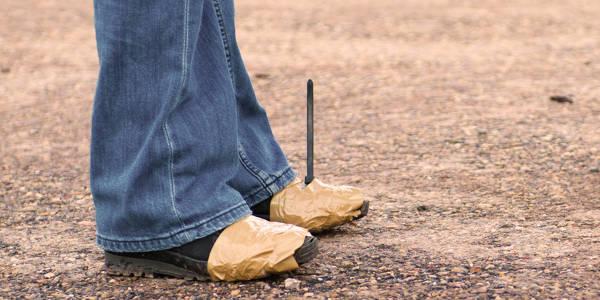 Schuhe mit Klebeband umwickelt und mit Kabelbindern fixiert