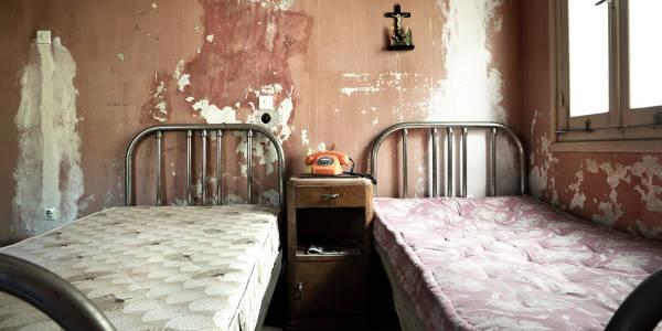 Heruntergekommene Unterkunft mit zwei Betten