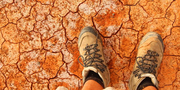 Trockener Boden mit Wanderstiefeln