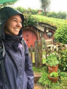 Alina vor einer Hobbithöhle