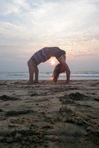 Yogaübung am Strand in Indien