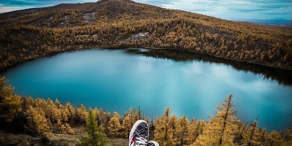 Blick auf einen See und Berge