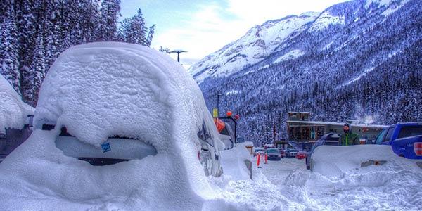 Völlig eingeschneites Auto in Kanada