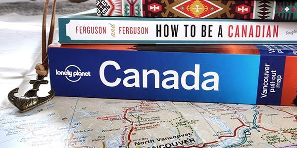Canada-Reiseführer auf einer Landkarte
