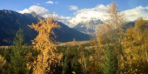 """Bei der Zugfahrt mit """"The Canadian"""" fährt man auch an den Rocky Mountains vorbei"""