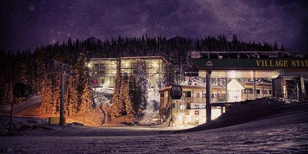 Skilift-Station in Sunshine Village beim Sternenhimmel