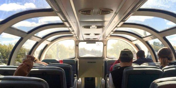Bei der Zugfahrt von Toronto nach Vancouver kann man vom Aussichtsabteil aus die Landschaft Kanadas bewundern