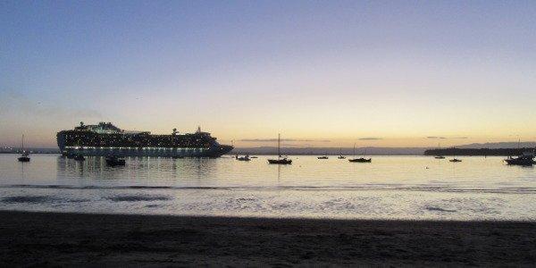 EIn Kreuzfahrtschiff fährt in Tauranga ein