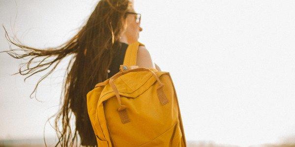 junge Frau mit Rucksack