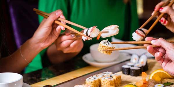 Sushi essen mit Stäbchen