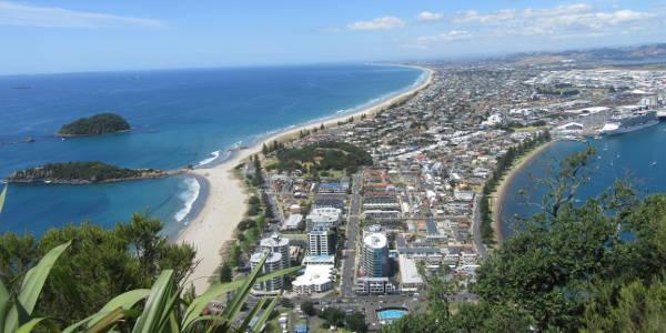 Blick vom Mount Maunganui auf die Stadt und das Meer