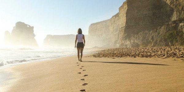 Beim nachhaltigen Reisen darauf achten, nur kleine Fußabdrücke zu hinterlassen
