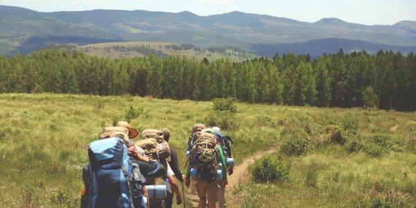 Beim nachhaltigen Reisen ganz auf einen Motor verzichten und stattdessen wandern gehen!