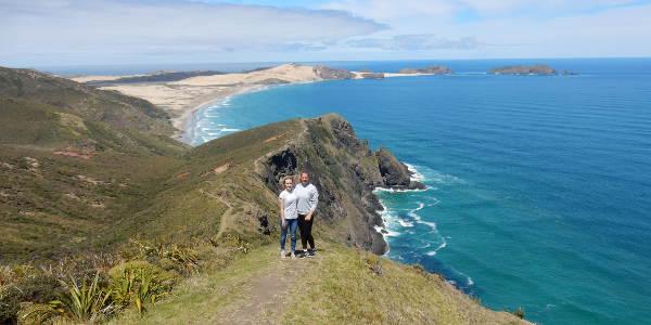 Barbara und Annalena am Cape Reinga in Neuseeland, der fast noerdlichste Punkt, wo sich Tasmanische See und Pazifik treffen.