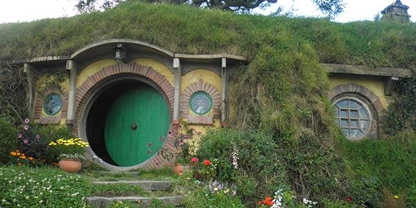 Außenansicht von Frodos Haus, mit Treppe und grüner Tür