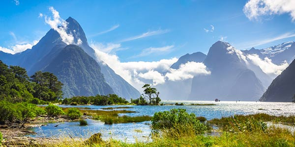 Landschaft in Neuseeland bei klarem Wetter: See im Vordergrund, Berge im Hintergrund