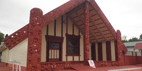 Rot-weißes Wharenui (Gemeinschaftshaus der Maori)