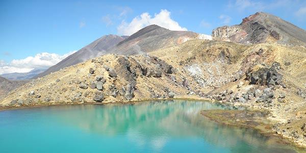 Türkis-blauer See und Berge im Tongariro Nationalpark in Neuseeland