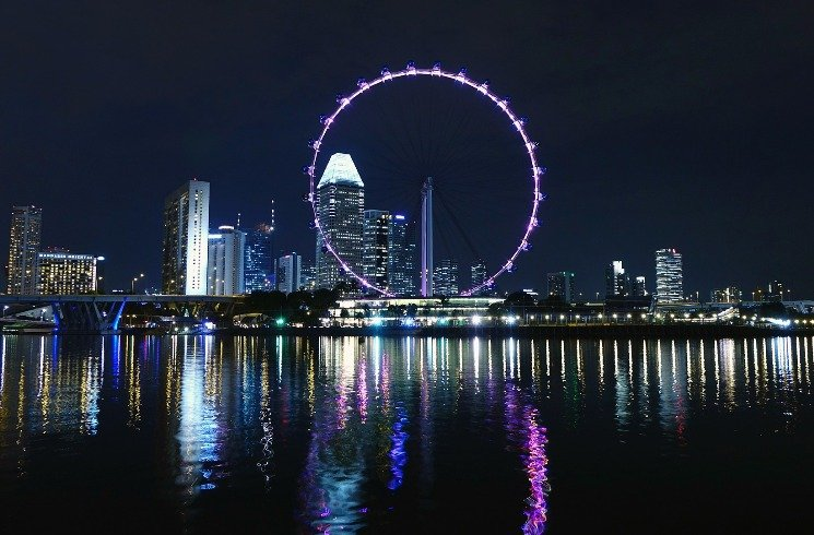 Riesenrad in Singapur bei Nacht