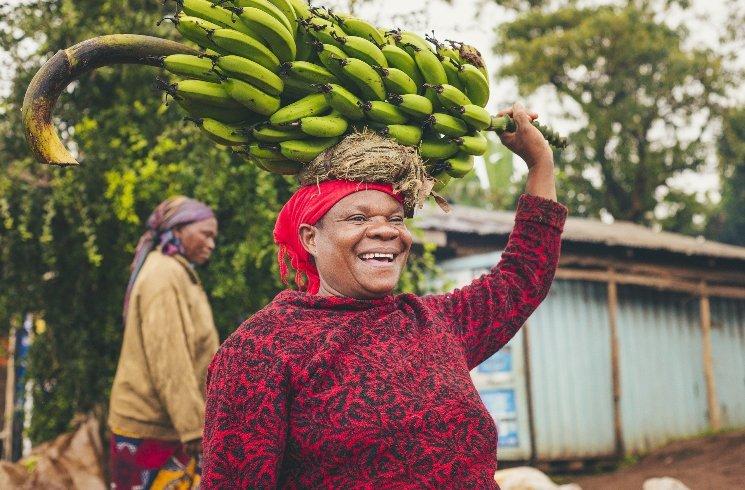 Frau mit Bananen in Tansania
