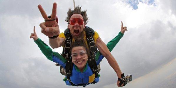 Zwei junge Leute beim Fallschirmspringen.