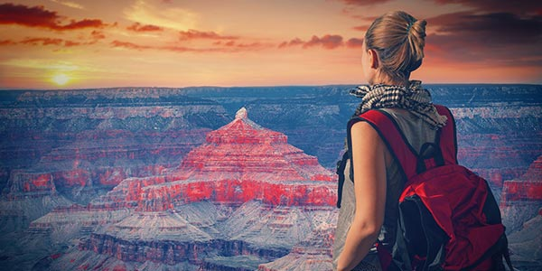 Frau mit kleinem Rucksack am Grand Canyon (USA)