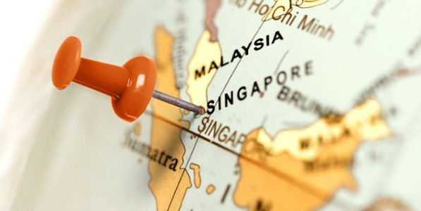 Roter Pin markiert Singapur auf Weltkarte.