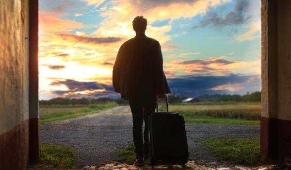 Mann geht mit Koffer nach Hause
