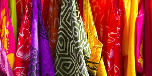 Verschiedenfarbige Sarongs.