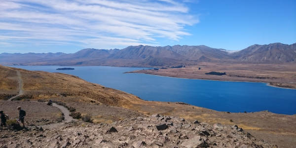 Von Bergen umgebener See