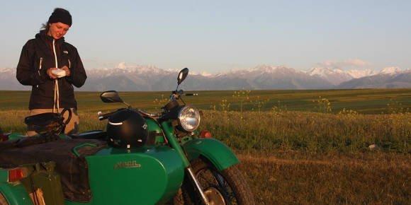 Mit einem Seitenwagenmotorrad durch den Ural.