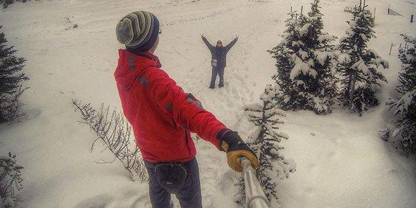 Zwei Work and Traveller beim Selfies machen im Schnee