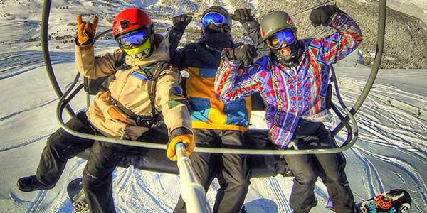 Snowboarder machen Selfie im Gondel-Lift